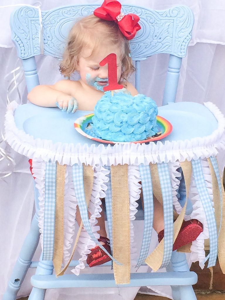 Wizard of Oz birthday outfit. Wizard of Oz first birthday photo shoot. Wizard of Oz smash cake. Wizard of Oz first birthday party. Wizard of Oz party decorations. Wizard of Oz party decor ideas.