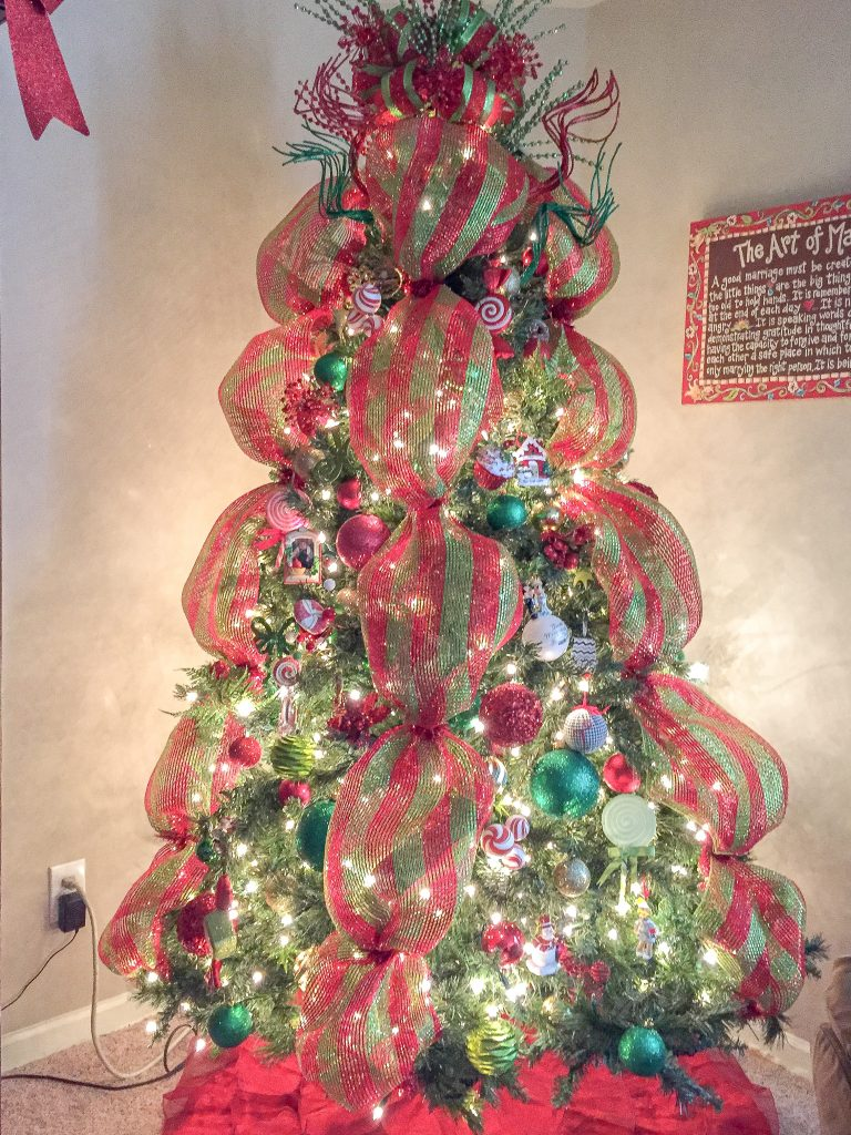 How to make a ribbon tree topper. Tree topper tutorial. Red and green Christmas tree decorations. Red and green Christmas decor.