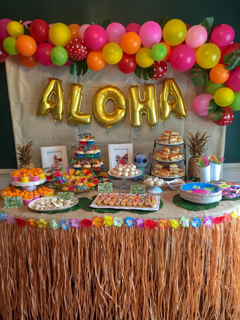 Lilo and Stitch theme birthday party - How to throw a Lilo and Stitch inspired Hawaiian Luau. Food and drink table decoration ideas.