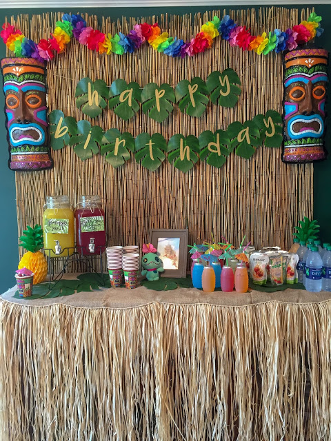 How to plan the perfect party without losing your mind. Birthday parties, bridal showers, baby showers, and other events. Lilo and Stitch luau birthday party. Table decorations and food