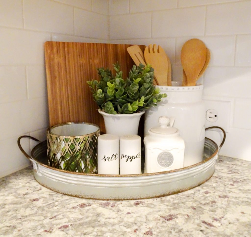 Farmhouse home decor must-haves. Fixer Upper inspired farmhouse home decor. Farmhouse decor staples