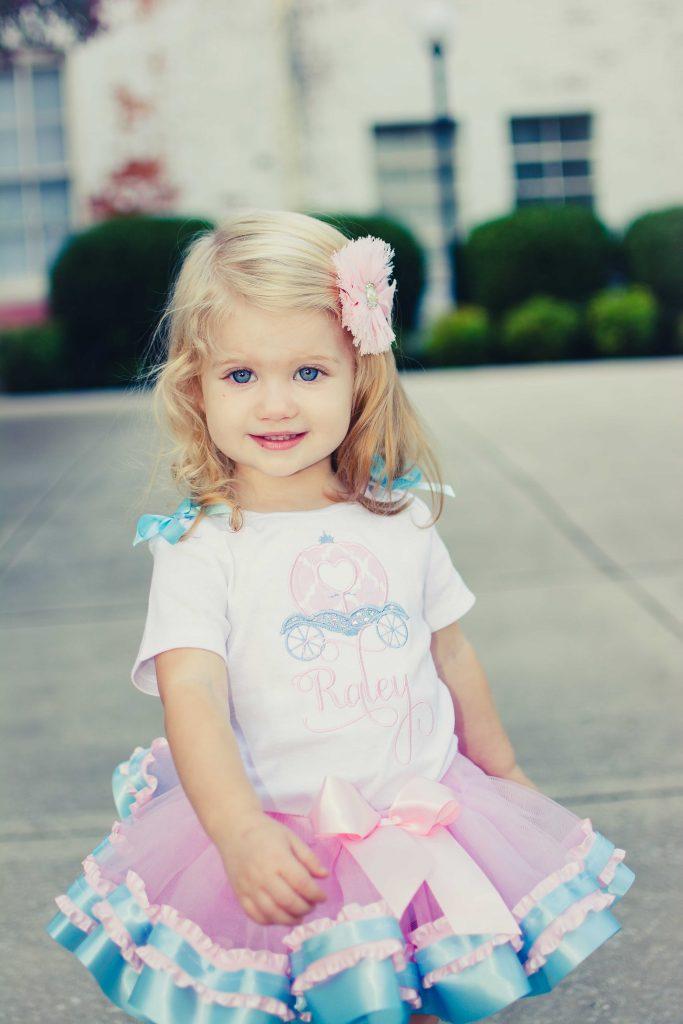 16 Kids and Family Photo Shoot Ideas. Photo session ideas for babies, kids, and families. Unique photo shoot ideas for kids and families. Cinderella photo shoot