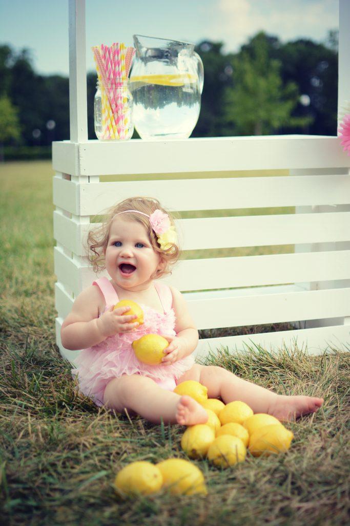 16 Kids and Family Photo Shoot Ideas. Photo session ideas for babies, kids, and families. Unique photo shoot ideas for kids and families. Lemonade stand photo shoot