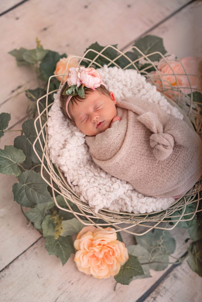 Newborn photo shoot. Newborn photo session. In home newborn photo shoot. In home family photo shoot. Newborn with siblings photos. Baby girl newborn photo shoot.